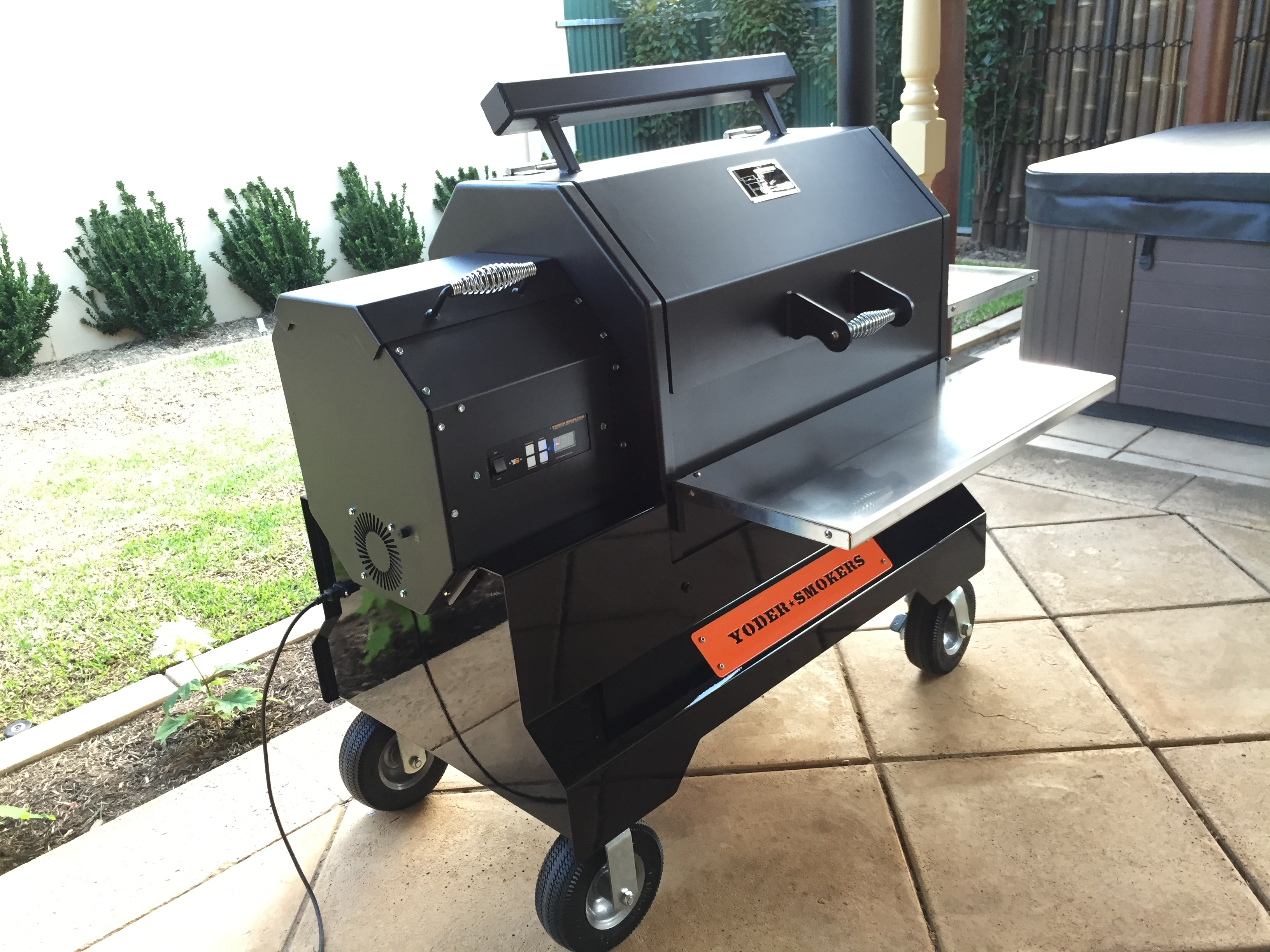 Yoder YS640 Hardwood Pellet Cooker on Competition Cart